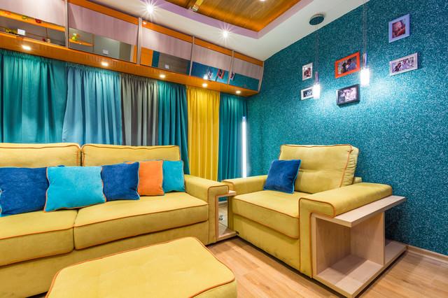 Salon de style plage avec décoration murale nautique