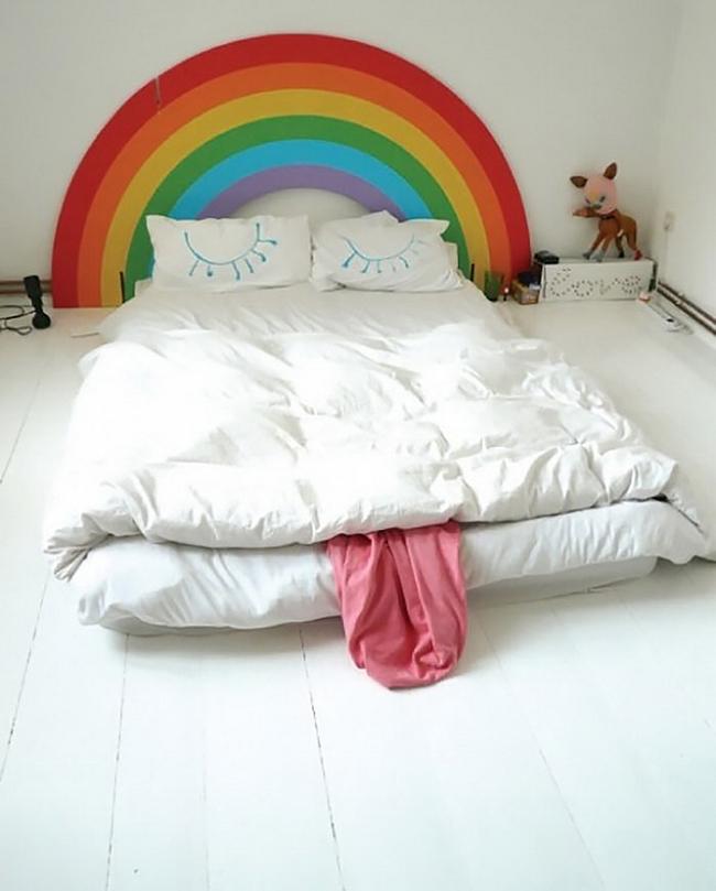 Ce style de tête de lit est parfait pour ceux qui apprécient le confort et n'ont pas peur de remplir leur maison de couleurs vives.