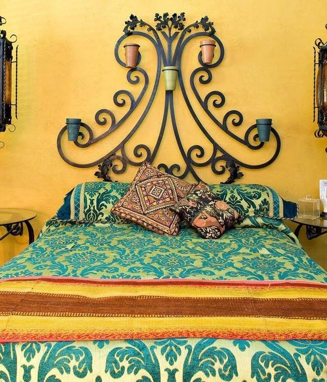 La tête de lit en métal de style marocain donnera à l'intérieur un luxe oriental spécial