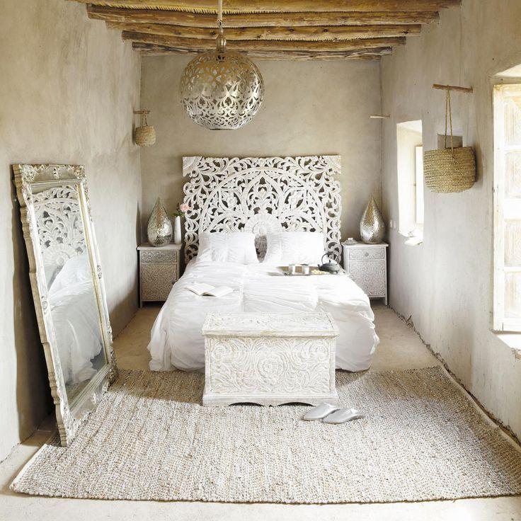 La tête de lit luxueuse en bois patiné créera une atmosphère de luxe ancien