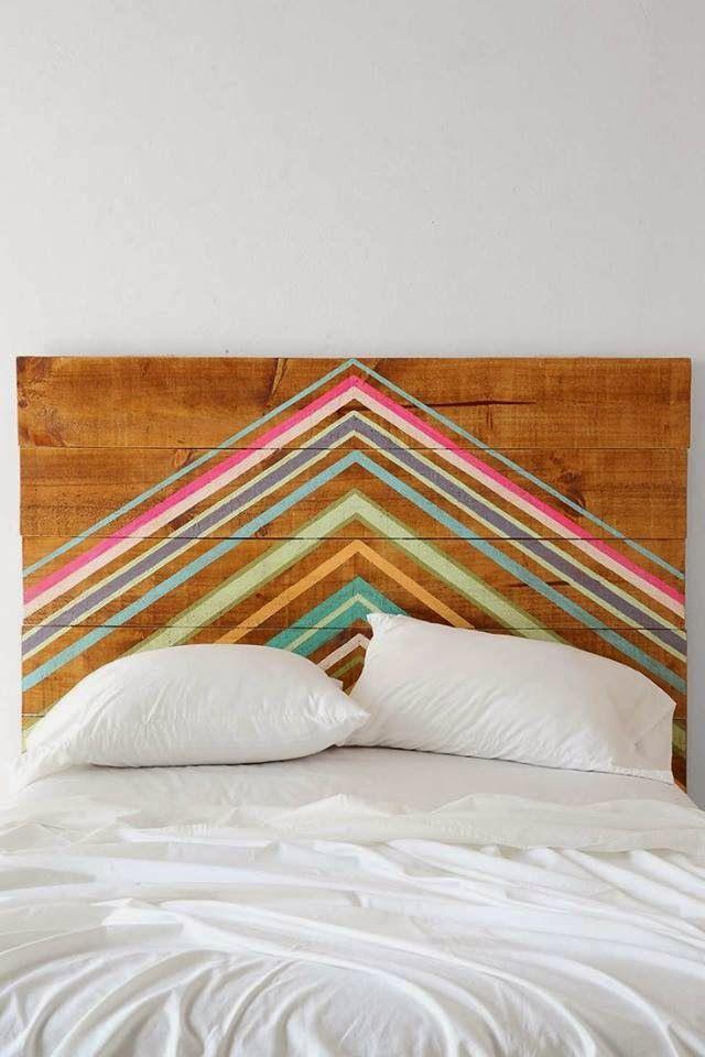 Une tête de lit en bois avec un motif géométrique lumineux - élégant,