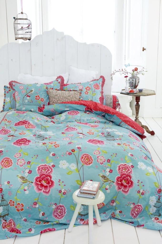 La tête de lit en bois, peinte en blanc, complétera parfaitement l'intérieur en style provençal ou campagnard