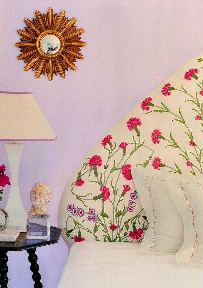 Une tête de lit en textile doux est l'option de conception la plus courante pour un lit dans une chambre