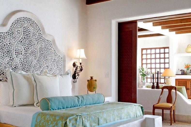 Tête de lit à motifs bordée de petits galets - pour une sensation de confort et d'ambiance balnéaire