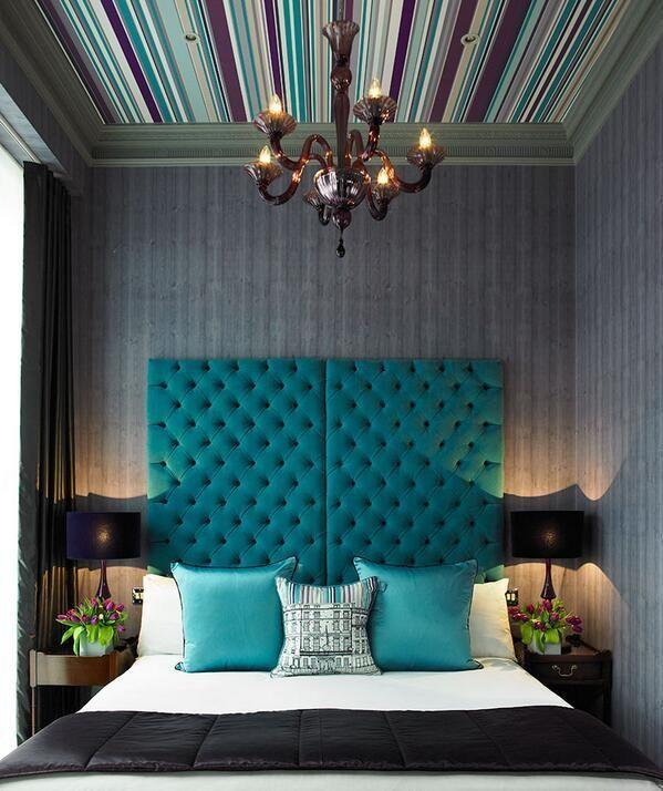 Une tête de lit chic en tissu bleu marine complètera parfaitement une pièce art déco