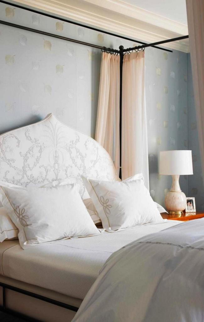 Lorsque la majeure partie du mur est recouverte d'une tête de lit en textile avec un motif inhabituel pour le lit, elle a l'air très lumineuse et expressive.