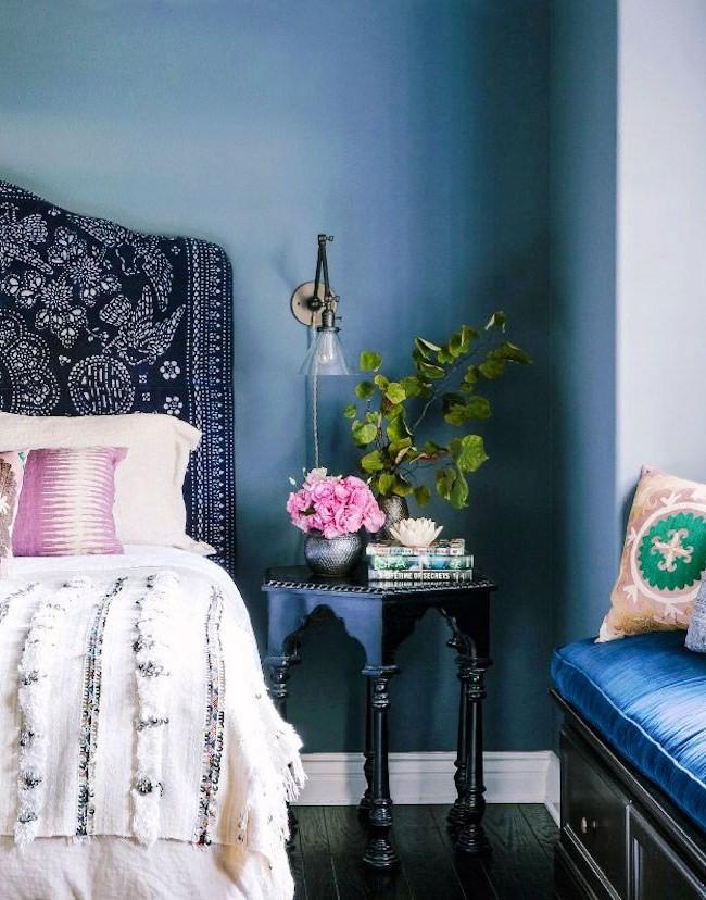 La couleur bleue de la tête de lit calmera les nerfs, apportera l'harmonie dans l'âme et donnera une sensation de légèreté, ce qui est particulièrement nécessaire avant de se coucher