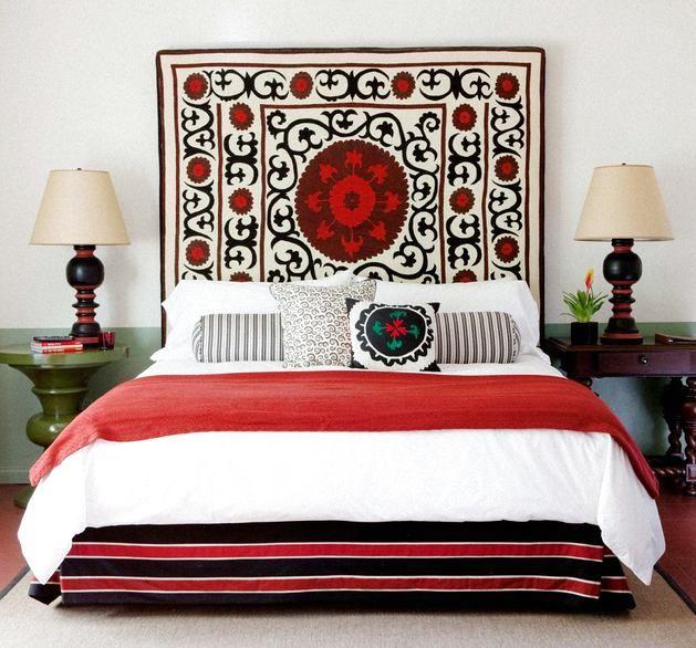 Le rôle de la tête de lit peut être joué par un tapis entier.  Des motifs ethniques rempliront la pièce d'une ambiance particulière