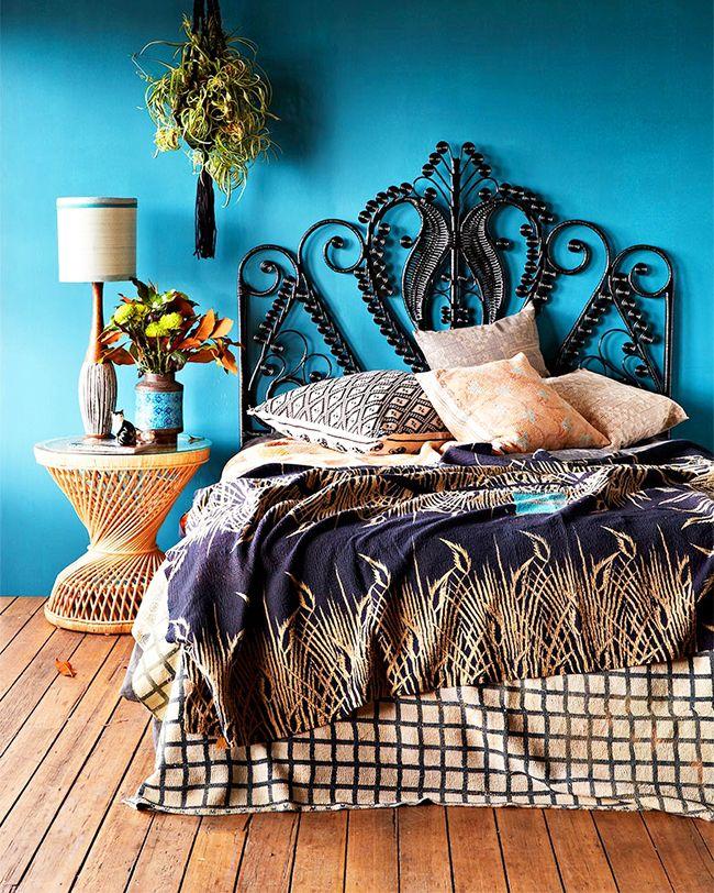 La tête de lit en forme de motif métallique inhabituel rivalisera les yeux enthousiastes sur le lit