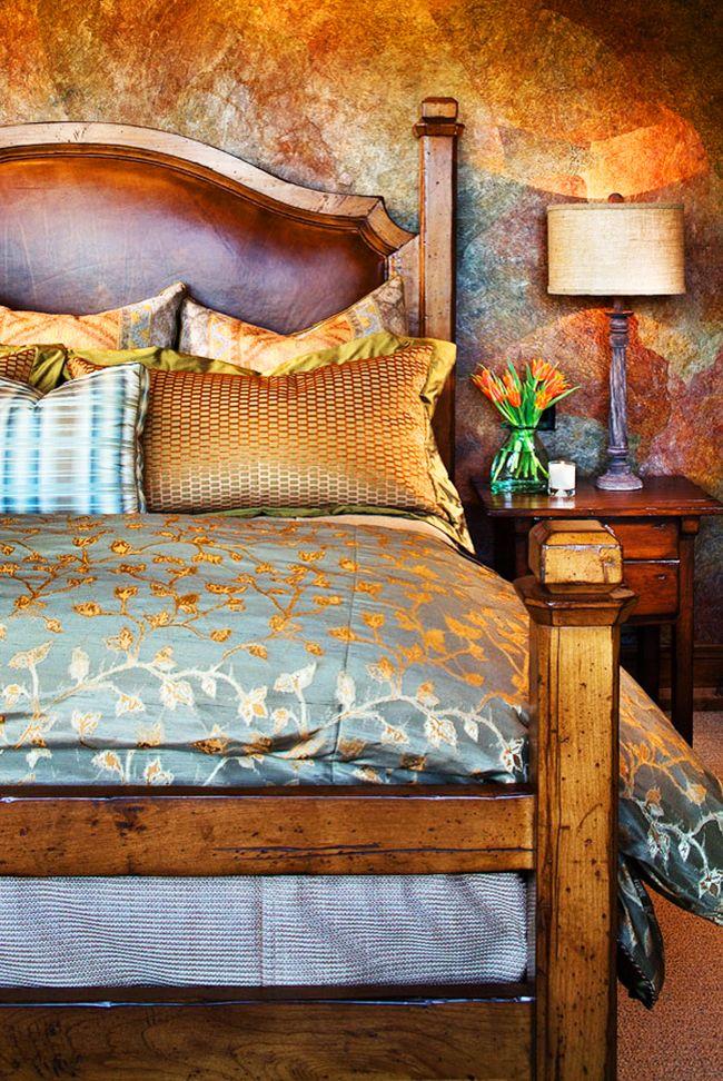 Lorsque le cuir et le bois sont combinés dans une tête de lit, cela ajoutera un charme incroyable non seulement au lit, mais aussi à toute la chambre.