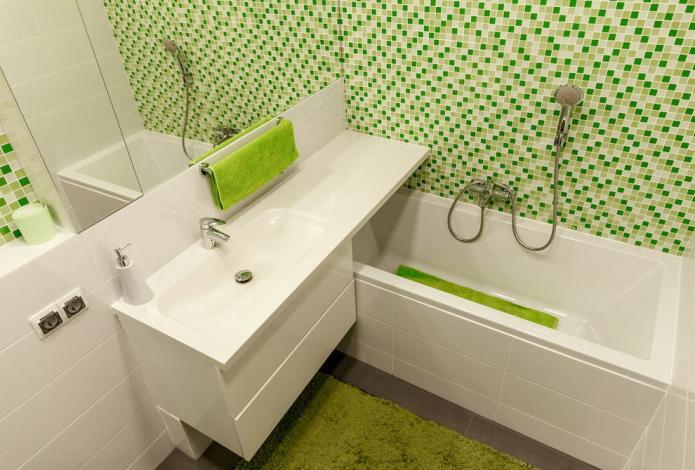 intérieur blanc et vert d'une petite salle de bain