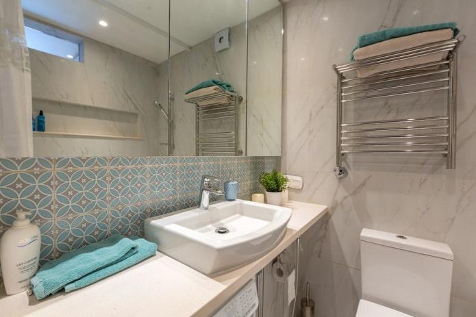 salle de bain lumineuse de 3 m2 avec une armoire à glace