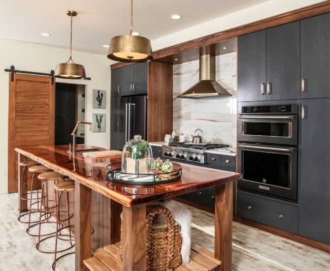 Le brillant, le cuivre et une abondance de bois sont une solution gagnant-gagnant pour la finition des cuisines modernes!