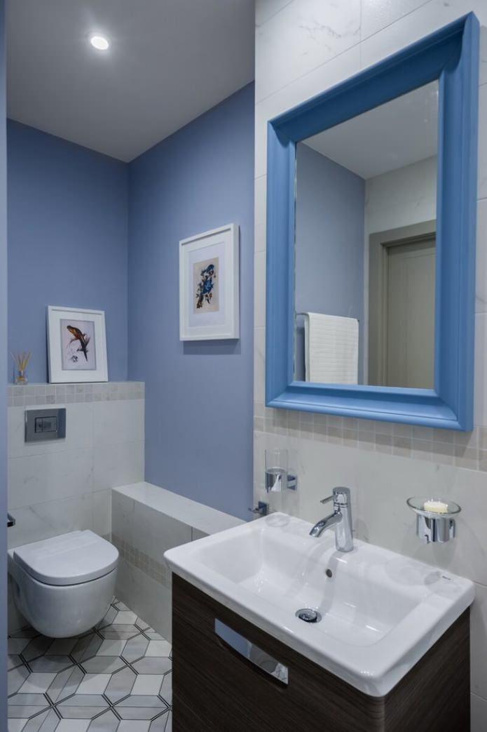 murs bleus dans les toilettes
