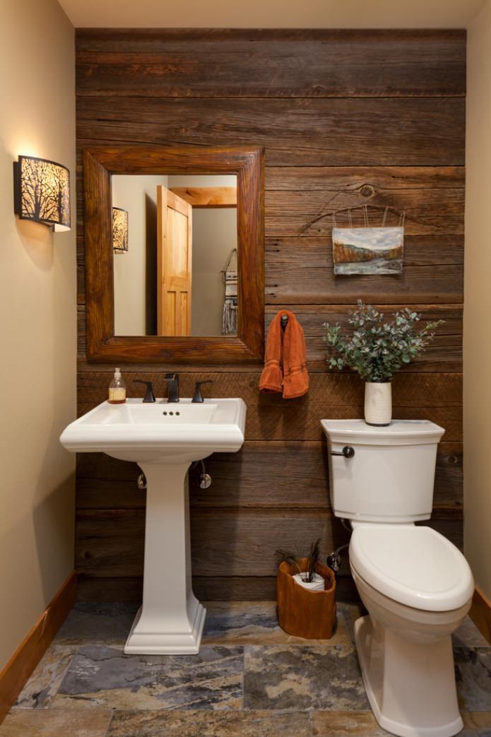 décoration murale en bois dans les toilettes