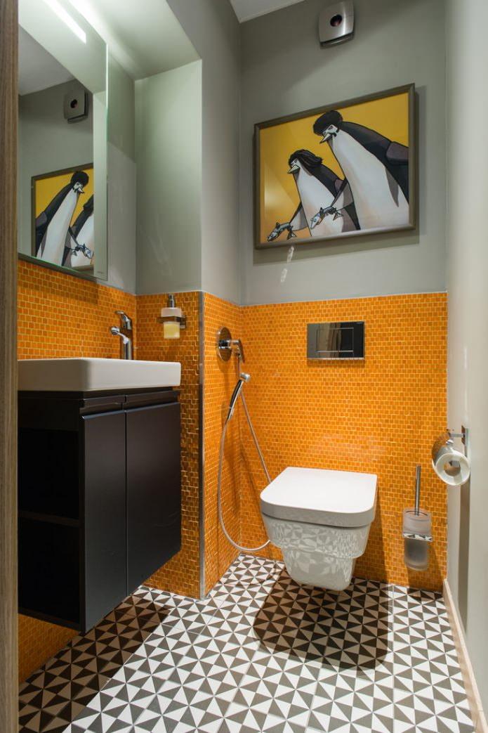 peinture et mosaïque sur le mur des toilettes