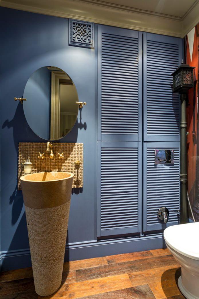 intérieur d'une petite salle de bain avec stratifié
