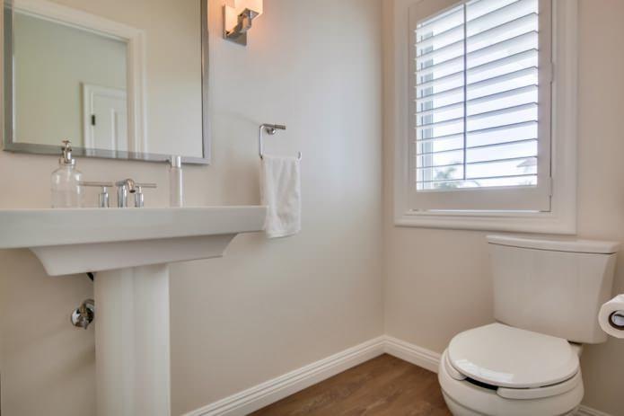 Intérieur d'une petite salle de bains moderne avec des murs clairs peints