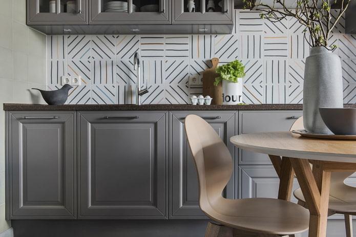 carreaux de céramique dans la décoration du tablier de cuisine