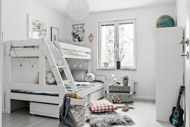 Chambre d'enfants lumineuse et confortable pour deux garçons aux couleurs blanches