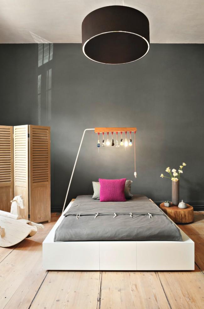 Chambre minimaliste avec un mur en surbrillance sombre