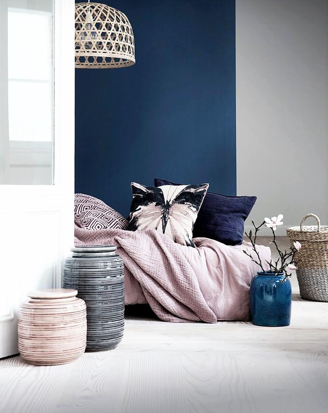 De délicates nuances pastel créent une atmosphère calme dans la pièce