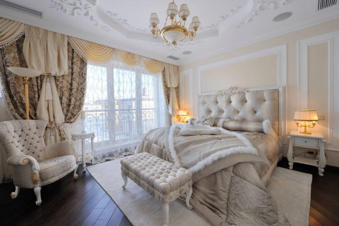 Rideaux dans une chambre classique