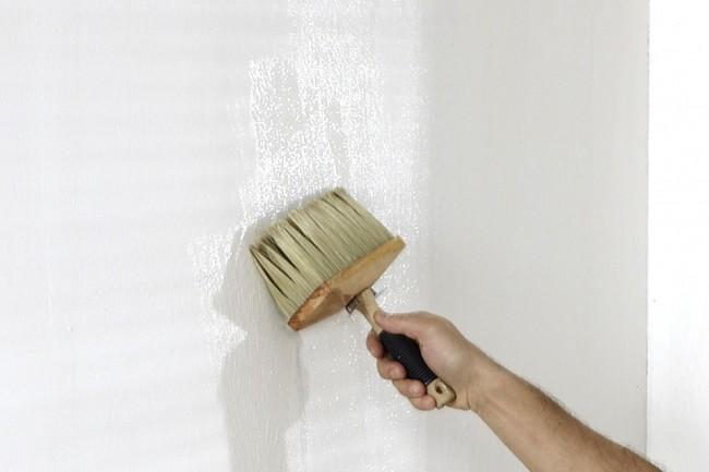 Selon le type de papier peint, nous appliquons de la colle (sur le mur ou au dos du papier peint)