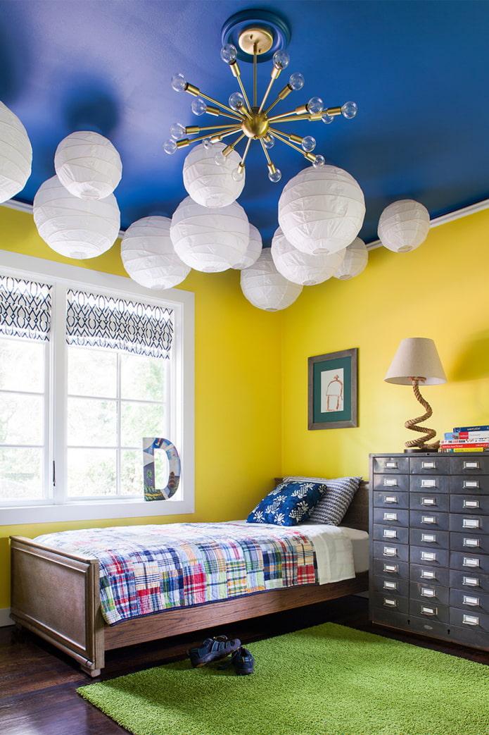 chambre d'enfant lumineuse avec plafond bleu