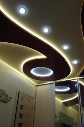 Comment faire un plafond en plaques de plâtre à deux niveaux avec éclairage de vos propres mains?