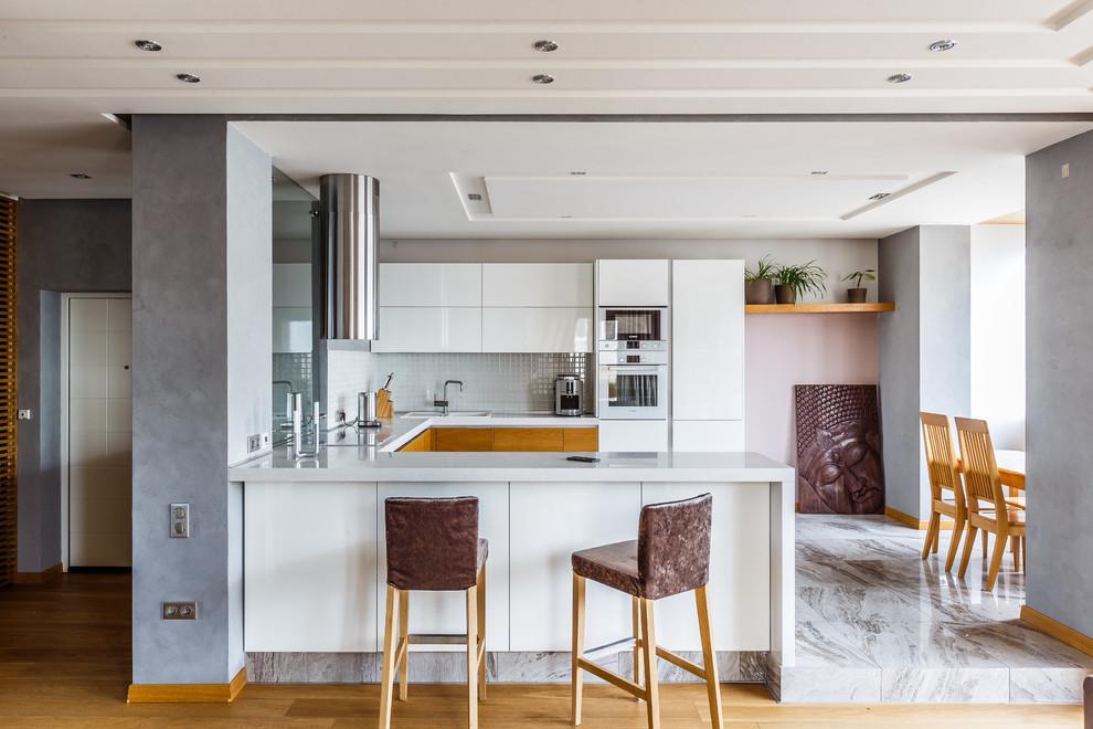 Un comptoir de bar dans la cuisine n'est pas seulement une solution esthétique, mais aussi une solution extrêmement fonctionnelle.