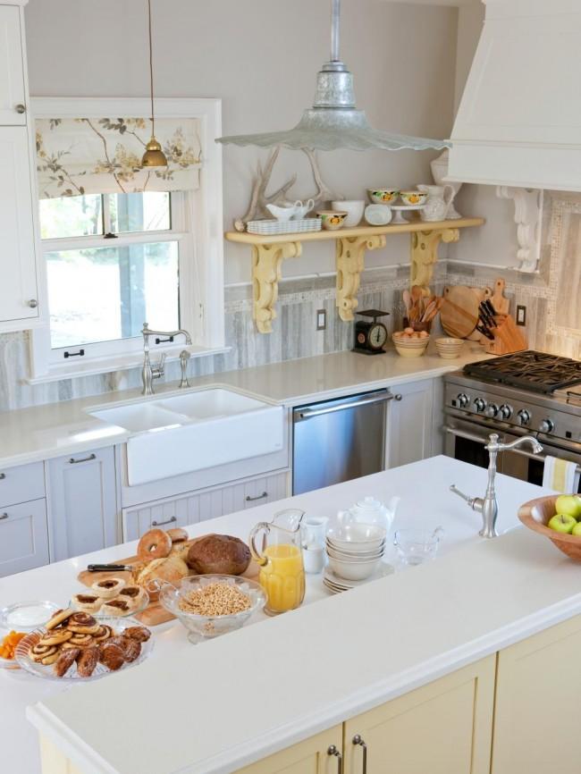 Cuisine blanche fonctionnelle simple avec quelques décorations provençales