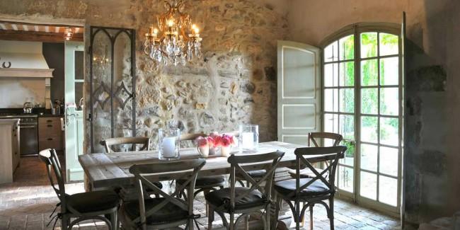 Le style provençal conquiert par sa gracieuse saveur rustique.  Appréciez la beauté de la maçonnerie en pierre naturelle à l'intérieur d'une cuisine de maison de campagne