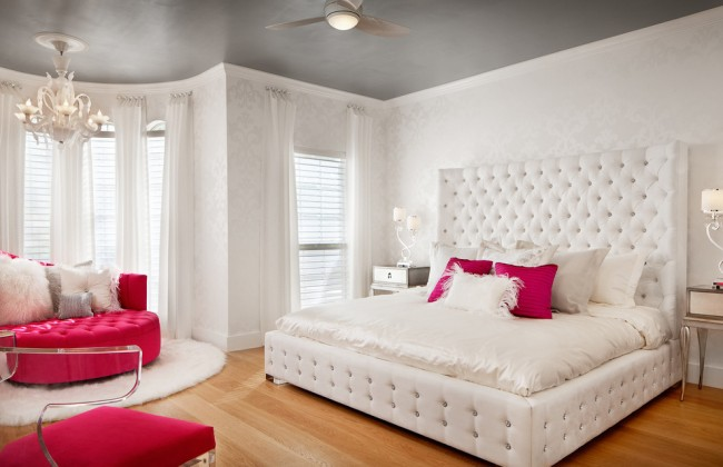 Chambre blanche perle glamour avec accessoires magenta vif