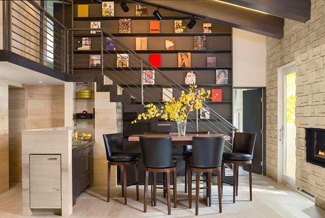 La couleur du wengé dans la salle à manger est idéale, car elle n'irrite pas, ne dérange pas, et c'est exactement ce dont vous avez besoin pour un passe-temps serein en famille ou entre amis