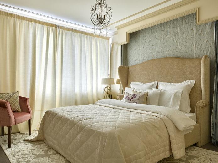lit double avec un couvre-lit à l'intérieur