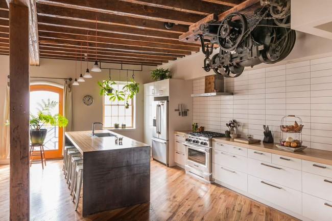 Cuisine de style loft.  Un authentique moteur d'ascenseur vintage dans un loft dans une ancienne conserverie de Philadelphie