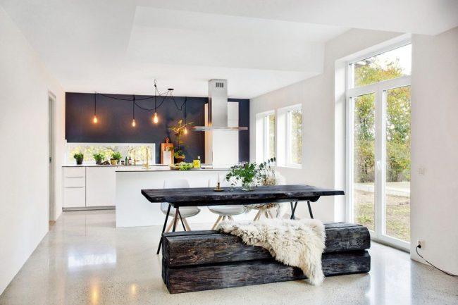 Spacieuse cuisine chic d'une maison privée de style scandinave