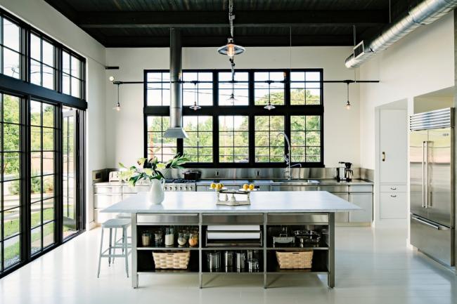 Grande cuisine d'une maison privée de style loft avec de hauts plafonds