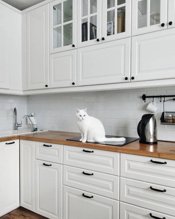 cuisine blanche avec poignées noires