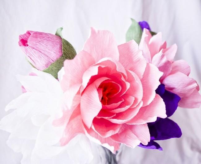 Un bouquet coloré de papier ondulé sera une excellente décoration intérieure