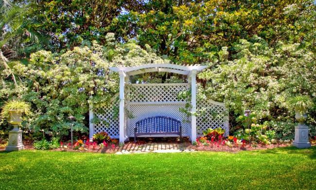 Les structures en osier ont l'air aérées et romantiques dans le jardin d'été