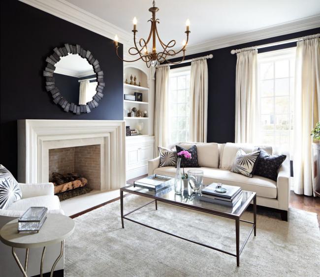 Le papier peint noir crée une atmosphère particulière dans la conception de la pièce