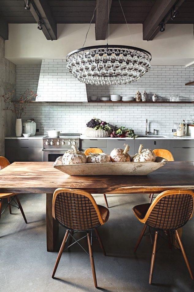 Les lustres suspendus sont toujours une option à la mode et pertinente pour la cuisine.  Les stores peuvent être de différentes tailles et formes, ainsi que décorés avec des éléments forgés ou des chaînes.