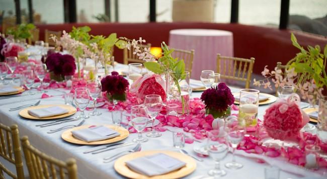Réglage de la table à la maison.  La mise en table pour un repas en famille ou un événement festif est toute une section de l'étiquette et de l'art qu'une hôtesse moderne devrait posséder.