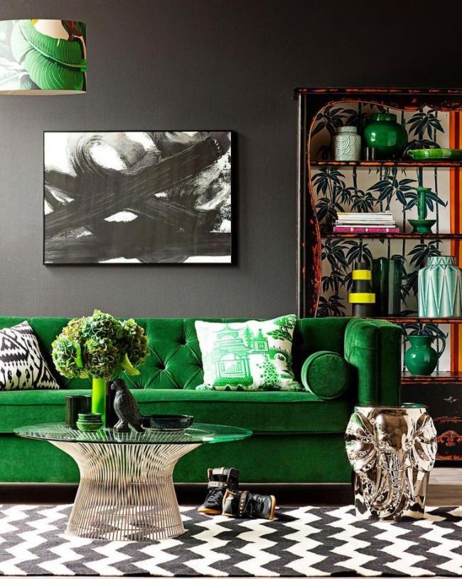 Un mobilier luxueux rembourré vert anime l'intérieur du salon avec une décoration murale sombre