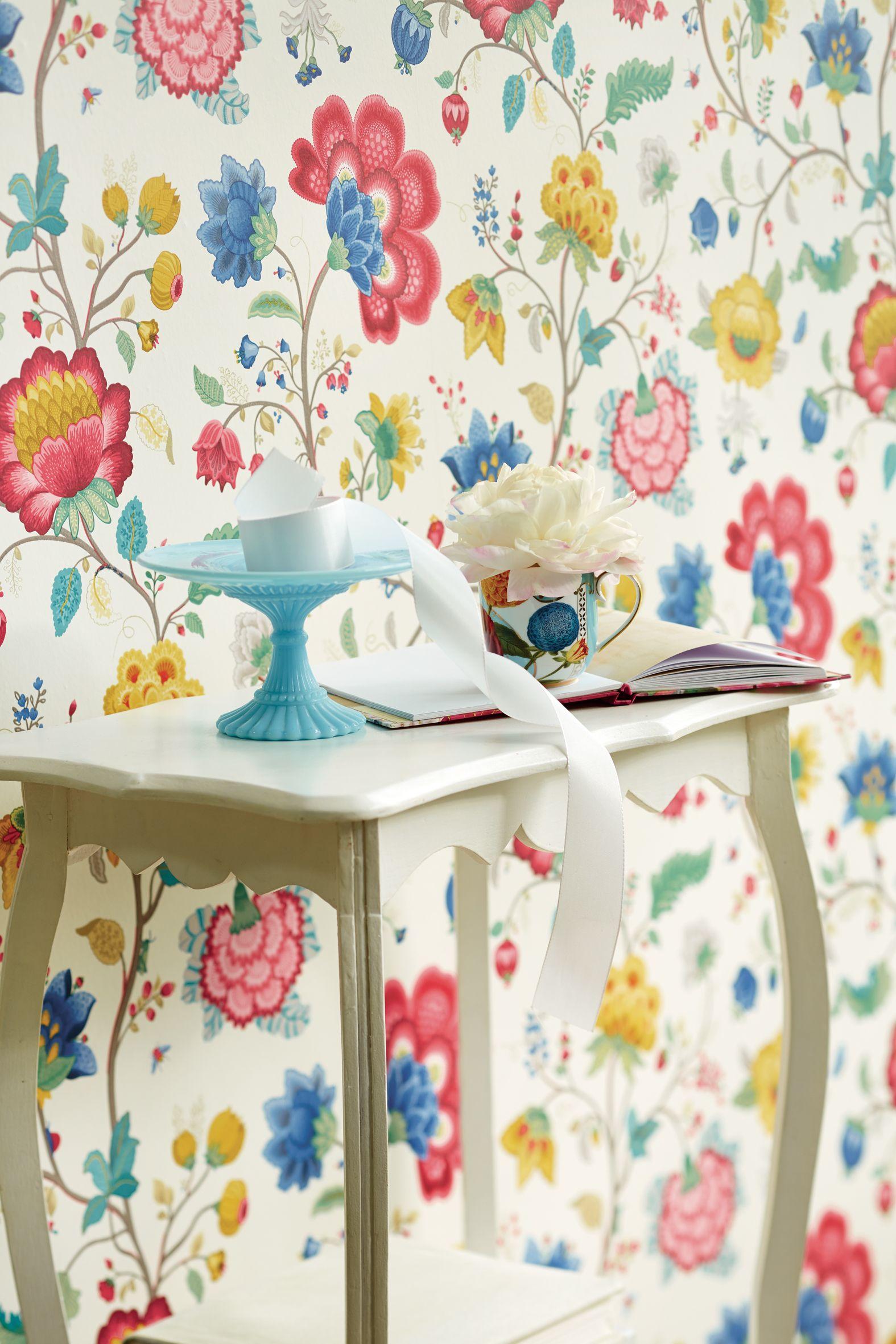 Imprimé floral lumineux sur papier peint