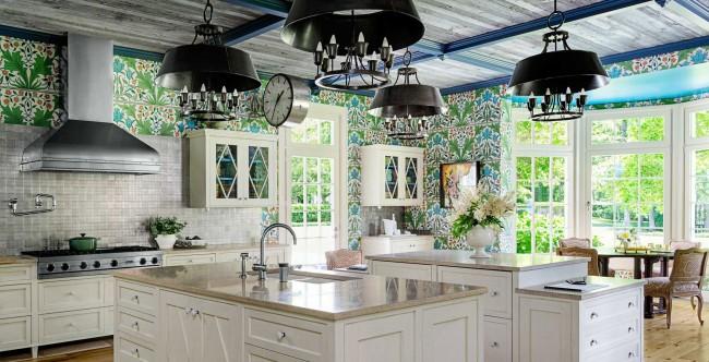 Ornement de papier peint décoratif, gamme laconique, électroménagers encastrés, coin repas en matériaux naturels - une excellente idée pour un intérieur de cuisine