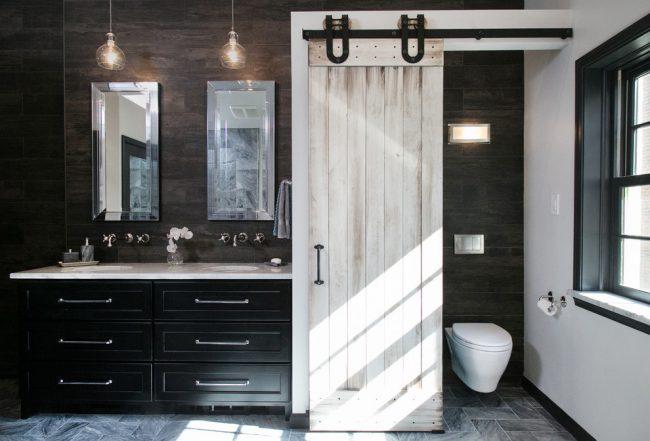 Salle de bain combinée avec une porte design symbolique