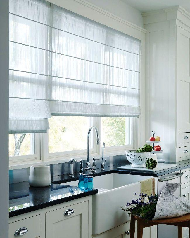 Un rideau lumineux laisse entrer une quantité suffisante de lumière du soleil dans la cuisine